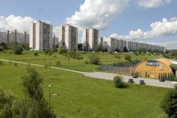 Miesto pre garážové domy. Vedľa tenisovej haly na ľavej strane má pribudnúť 150 parkovacích miest.