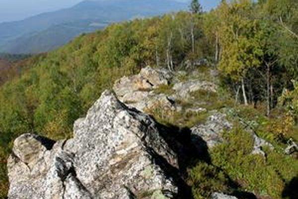 Skalnatý hrebeň Čiernej hory. Najmä počas jesenných dní spestruje výhľady na krajinu aj takáto farebná hra listov.