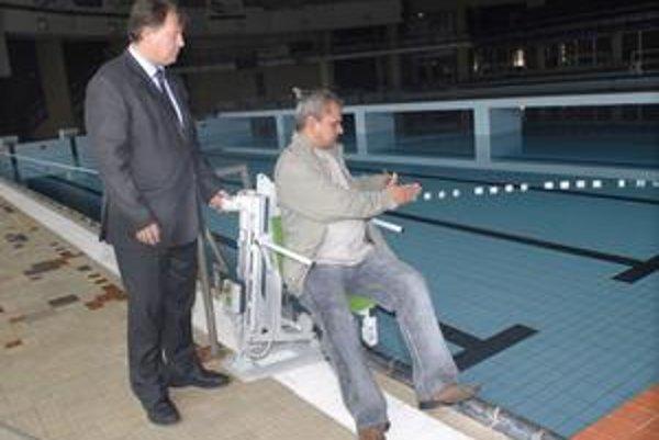 Sedačka spustí plavca do bazéna, aj ho vytiahne. Novinku na plavárni obslúži plavčík na požiadanie.