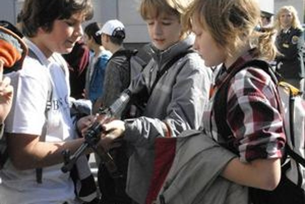 Bojovníci. Deti zaujali zbrane, zvlášť samopal.