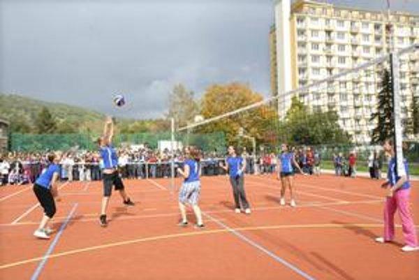 Dar od mesta. Žiaci zo Základnej školy na Hroncovej ulici majú od včera k dispozícii zrekonštruované multifunkčné ihrisko.