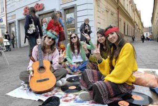 Minulého roku boli na Hlavnej v Košiciach aj hippies.