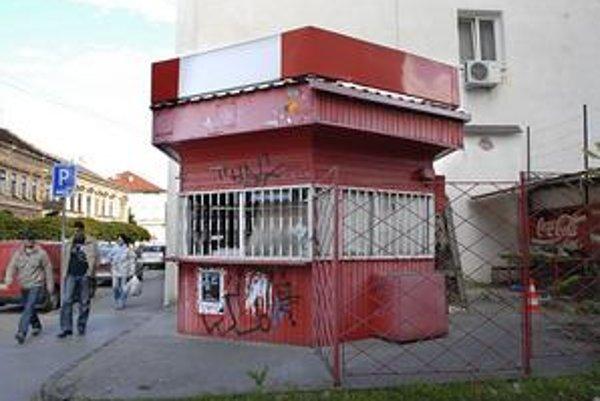 Stánok na Poštovej. Už dlho je opustený. Zrejme doplatil na nízke tržby.