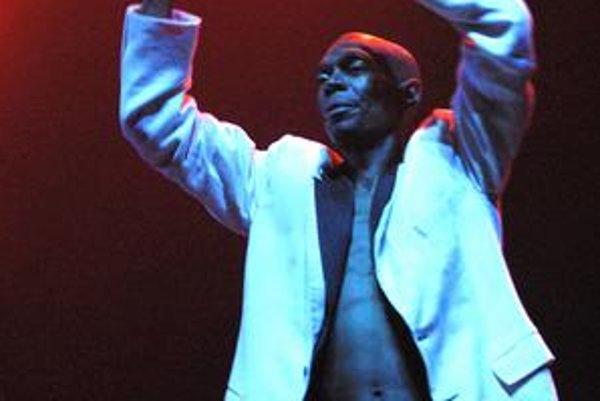 Maxi Jazz. Spevák mal výdrž, bavili publikum dve hodiny. Spod saka vykuklo vyrysované telo.