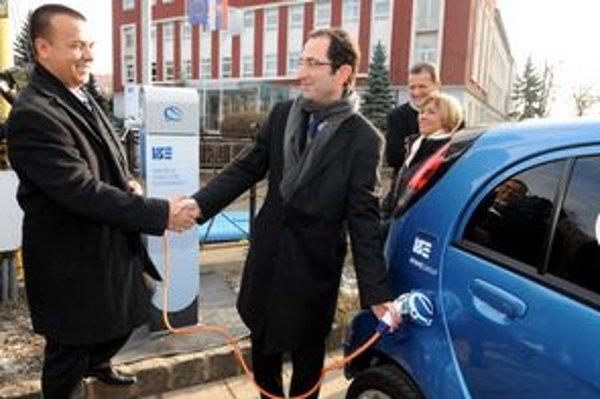 Minister Juraj Miškov (vľavo) tvrdí, že vláda bude chcieť podporiť rozvoj používania elektromobilov.