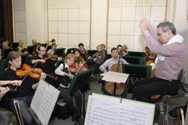 Svetoznámy dirigent. Na spoluprácu s košickým orchestrom, s ktorým včera skúšal, sa veľmi tešil.