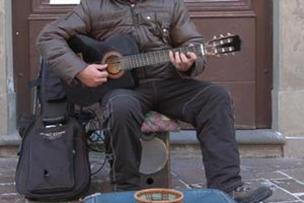 Pouličný gitarista Gabriel Ruszo.