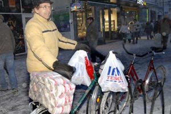 Košičan Peter. Na nákupy si vyrazil na bicykli.