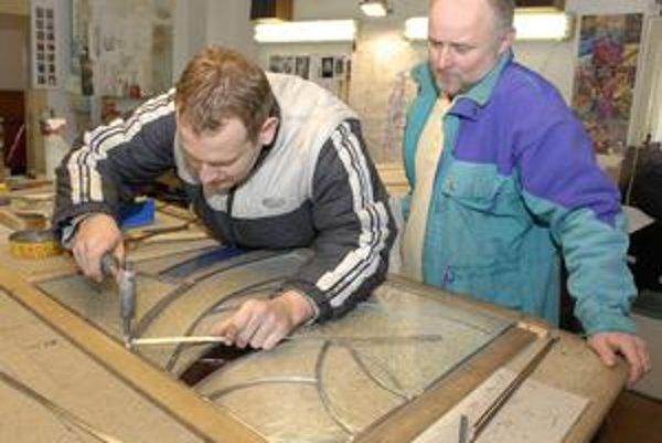 Výroba vitráží je precízna robota.