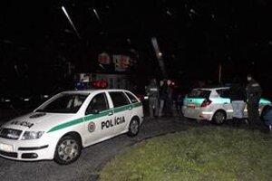Rušné policajné oslavy. Rok sa stretol s rokom a oslavujúci policajti sa opäť dostali do konfliktu s inými ľuďmi. Len s tým rozdielom, že vlani v inom bare hostia napadli policajtov.