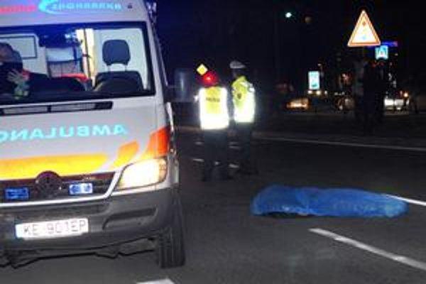 Zomreli dvaja. Na Južnom nábreží zraneniam zrážke s autom podľahli dvaja muži.