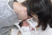 Novorodenci. Bábätko Danielka nedalo bodku za starým rokom. Chcela byť o rok mladšia a narodila sa už ako prvé novoročné dieťa.