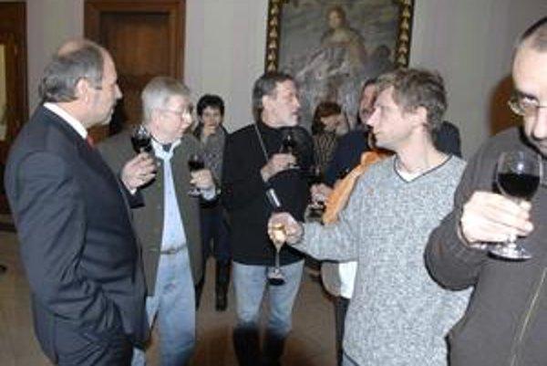 Primátor Knapík (KDH) s novinármi. Poďakoval im za starostlivý dohľad nad samosprávou a za upozorňovanie na nedostatky a rizikové rozhodnutia.
