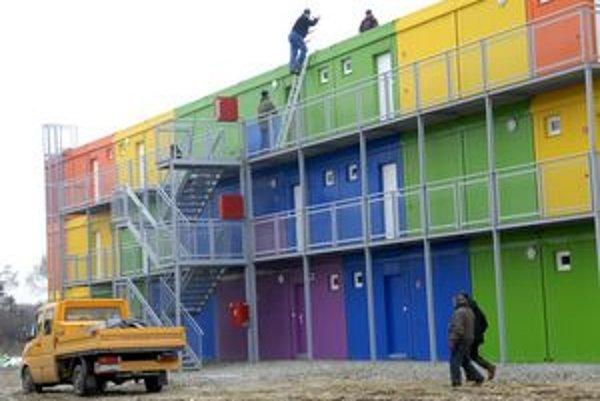 Dom. Je v ňom 15 dvojizových bytov s rozlohou viac ako 50 štvorcových metrov.