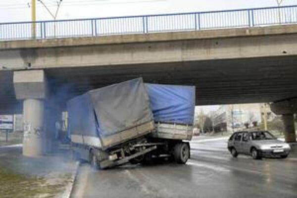 Havarovaný kamión. Keby bol naložený, mohlo to dopadnúť oveľa horšie.