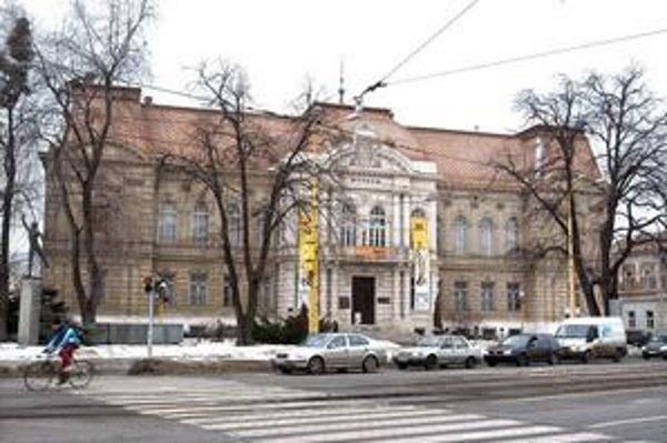Historická budova. Aj z dôvodu jej rekonštrukcie poklesla návštevnosť múzea.