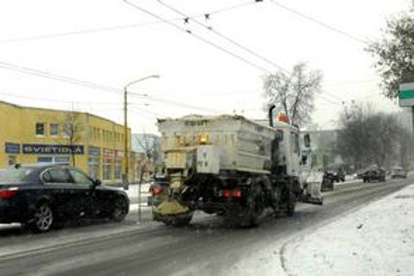 Od štvrtej ráno košické komunikácie brázdili posypové vozidlá, aby doprava v meste fungovala.