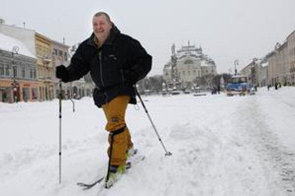 Lyžiar Attila. Patrí k tým, ktorí si sneh užili. Na bežkách sa vybral na Aničku.