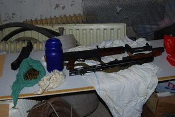 Časť zadržaných zbraní a streliva.