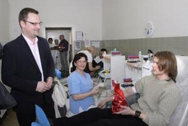 Prekvapenie od mesta. Ovocie a sladkosti v stovke balíčkov od košickej radnice včera potešilo darcov transfúzky. Kvôli návalu pacientov nebol s ich rozdaním problém.
