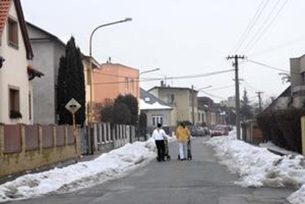 Moravská. Ulice sa posypávajú, keď sú v predpovedi mínusové teploty.