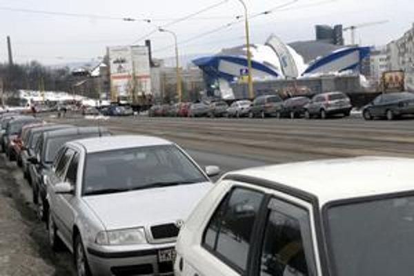 V súčasnosti parkuje väčšina fanúšikov hokeja popri Moldavskej ceste. V čase MS to postačovať nebude.