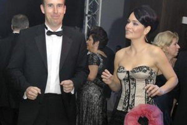 Ladislav Lazár. Na plese v Hiltone s manželkou. Hoci šéfuje štátnemu podniku ako nominant Smeru, akým balíkom prispel, tají.