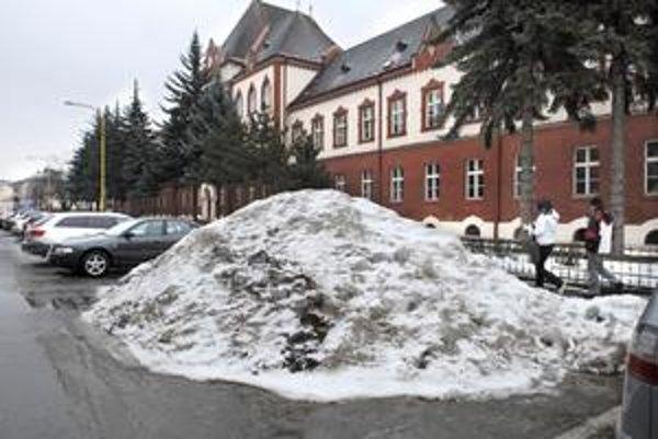 Zaparkovaný sneh. Takéto kopy sú po celom meste už od kalamity - napríklad aj na Šrobárovej ulici v historickom centre.