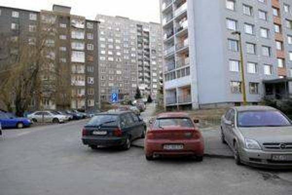 Tatranská ulica. Čaká ju rekonštrukcia parkoviska.