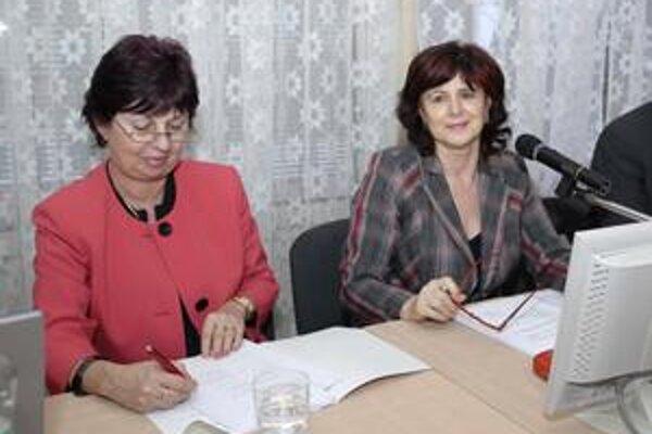 Spokojné šéfstvo. Prednostka K. Dudíková (vľavo) a starostka M. Smolková rozmýšľajú, kam nasmerujú dodatočných 100-tisíc eur.