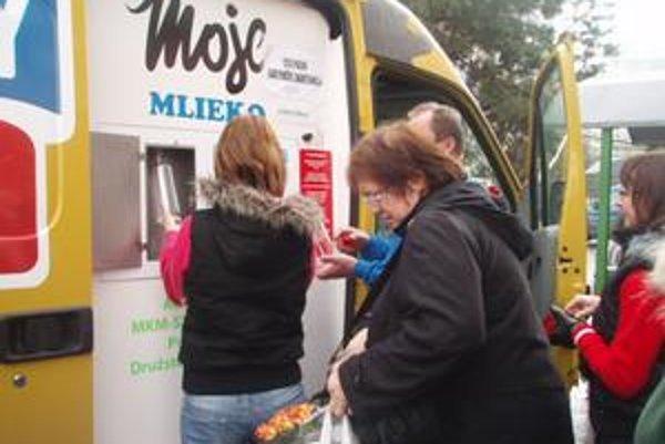 O pravé kravské mlieko je medzi zákazníkmi veľký záujem.