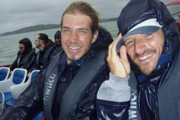 Patrik (vpravo) so svojím českým priateľom počas adrenalínového výletu na super rýchlom motorovom člne.