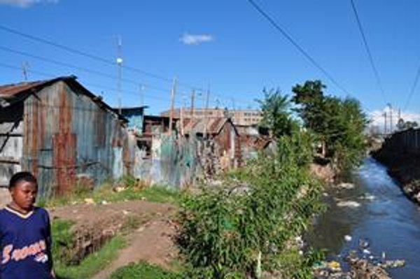 Slumom Mukuru v kenskom hlavnom meste Nairobi preteká rieka plná výkalov a odpadkov, ľudia žijú v chatrčiach z vlnitého plechu.
