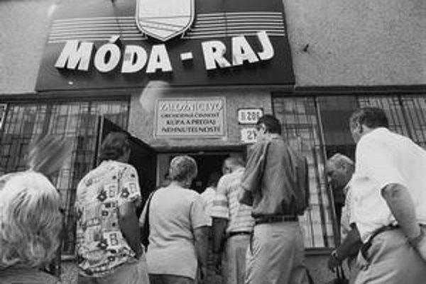 Vkladatelia pred zatvorenou centrálou Módy - Raj v roku 1999. Ich jedinou šancou na vrátenie aspoň časti peňazí je exekúcia. Ako budú postupovať, sa dohodnú na stretnutí 30. marca.