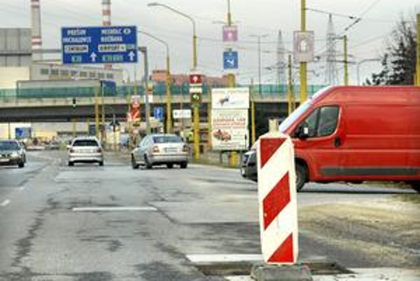 Výtlky. Náhradu škody si môžete uplatniť u správcu komunikácií iba vtedy, ak nie sú diery na ceste označené.