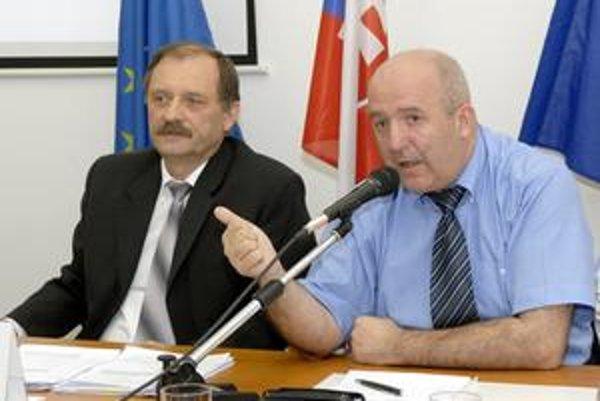 Cyril Betuš (SOS) a Emil Petrvalský (SDKÚ-DS). Starosta (vľavo) so zástupcom budú sokmi.
