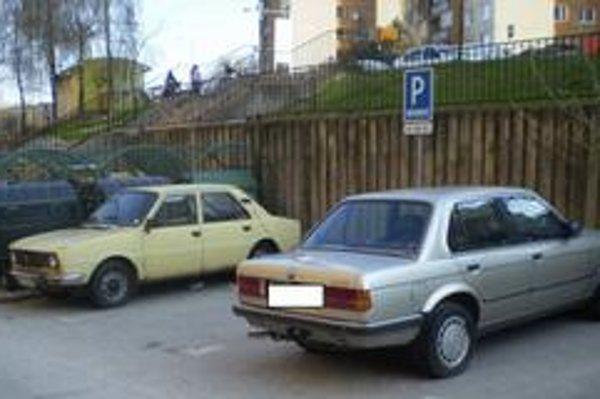 Na Havanskej ulici sa toto BMW nepohlo z miesta vyše dvoch rokov.