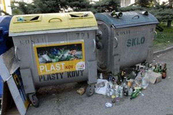 Mesto by sa nemalo zameriavať iba na rozmiestňovanie nových kontajnerov na separovaný odpad, ale dohliadať aj na častejšie vyprázdňovanie už existujúcich