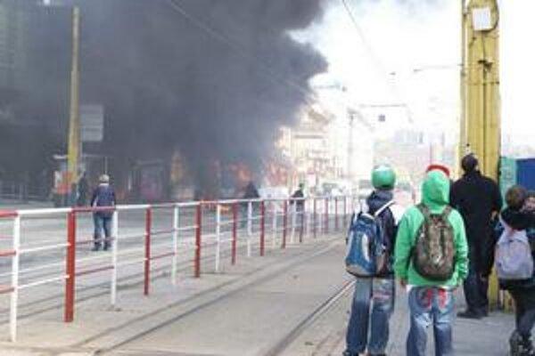 Horor na pravé poludnie. Priamo pri Hiltone šľahali z autobusu obrovské plamene.