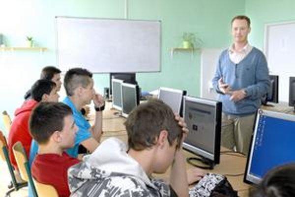 Vyučuje anglickú konverzáciu, študenti ho majú radi, nominovali ho na Cenu J. A. Komenského.