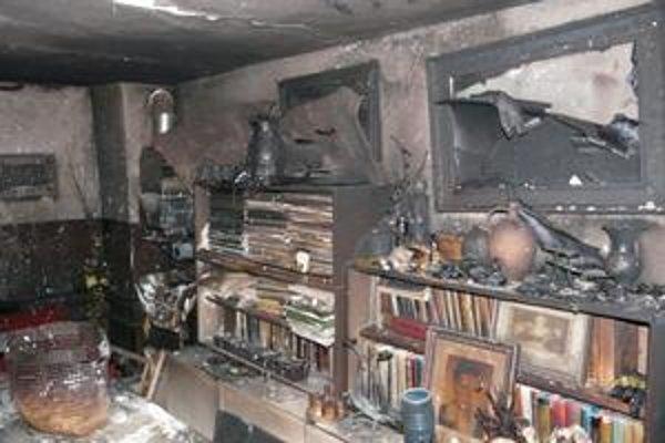 Po požiari. Plamene zničili aj obrazy na stenách.