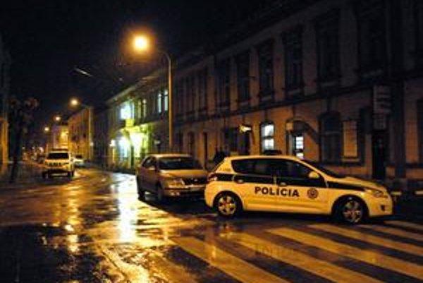 Pár minút po čine prišlo na miesto viacero policajných áut.