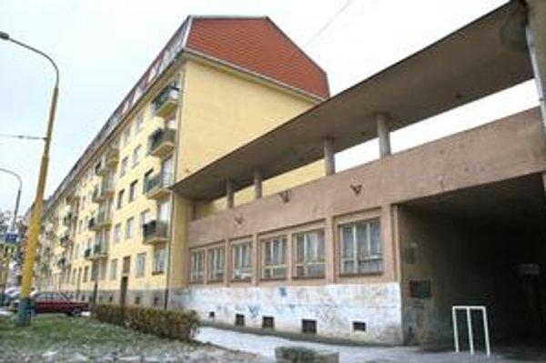 Senior dom. Sídli v tejto budove. Jeho obyvatelia odtiaľ odísť nechcú.