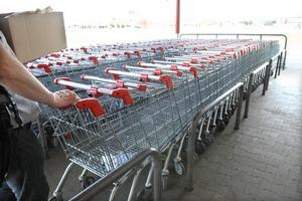 Po použití nákupných vozíkov a košíkov sa treba mať na pozore.