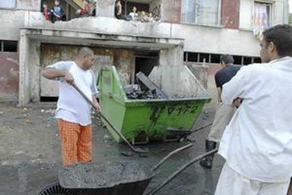 Upratovanie. Rómovia sa pustili do práce.