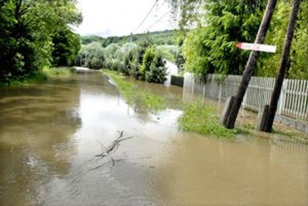 Cesta za Kysakom bola zaplavená. Do Veľkej Lodiny sa nedalo dostať.