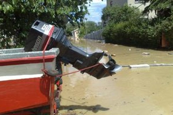 V Sadoch nad Torysou museli hasiči použiť na evakuáciu motorové člny.