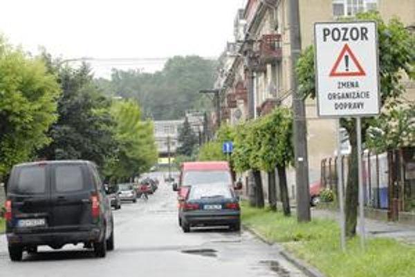 Autostráda. Komunikácia bez signalizácie slúži ako rýchla obchádzková trasa. Obyvatelia chcú spomaľovače.