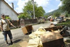 Osada vo Veľkej Lodine. Dom Róberta Hadiho voda zničila aj so zariadením. Ostalo im len to, čo mali počas evakuácie na sebe.