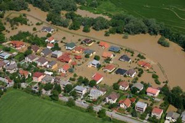 Porušená hrádza v Sadoch nad Torysou.
